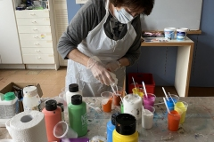 Malen mit Farben in Bechern